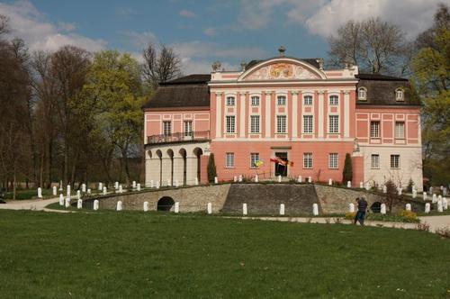 Pałac w Kurozwękach, a właściwie zespół pałacowo – parkowy.