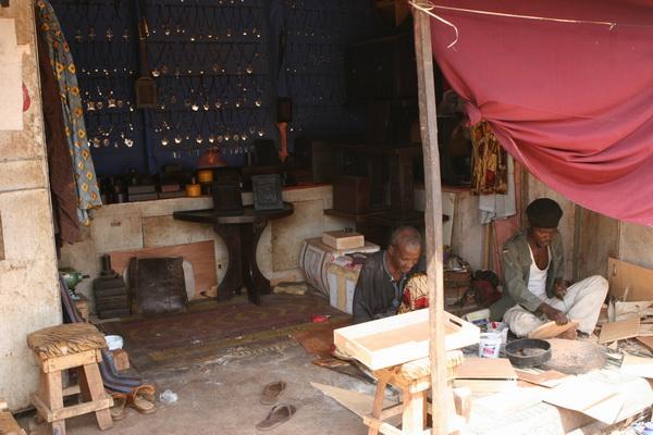 Bamako - bazar - rzemieślnicy przy pracy.