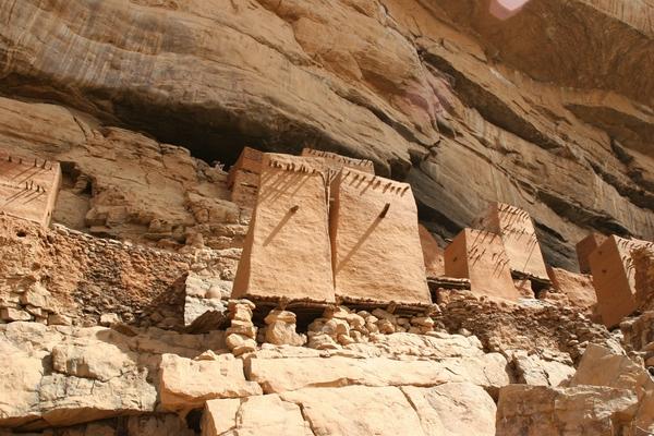 Tely - domki wśród skał.