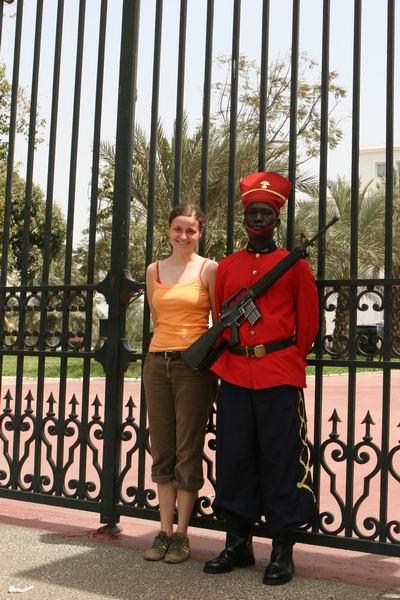 Przed pałacem prezydenckim.